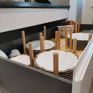 Tellerhalterung in Schublade aus Holz